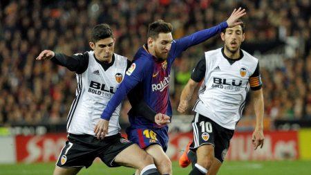 Guedes y Messi lucha por un balón durante el partido liguero esta temporada. Okdiario.