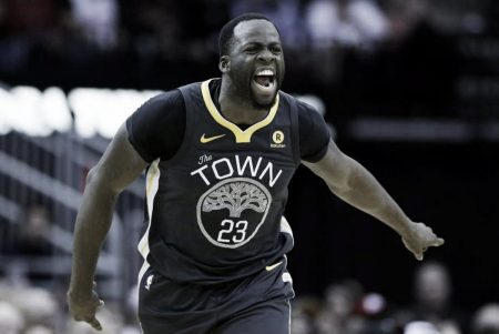 Draymond Green organizando la defensa de los Warriors.