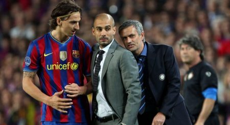 Zlatan Ibrahimovic charla con Guardiola ante la presencia de Mourinho.