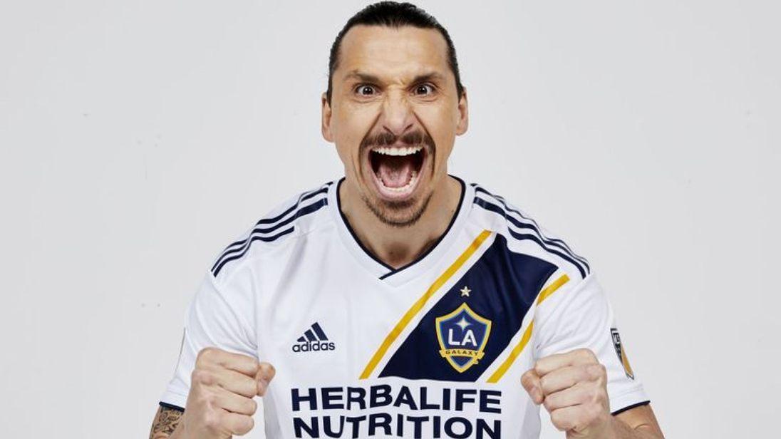 Zlatan Ibrahimovic posando con la camiseta de los LA Galaxy.
