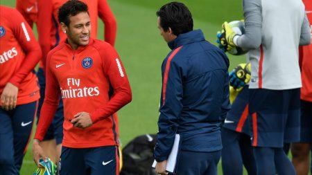 Emery charla con Neymar.