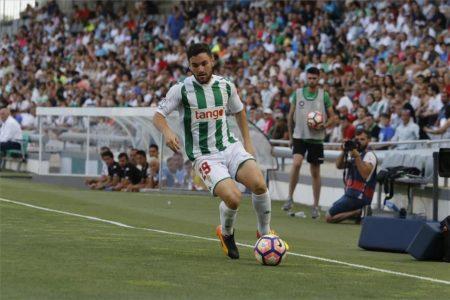 Javier Galán controlando un balón en la band