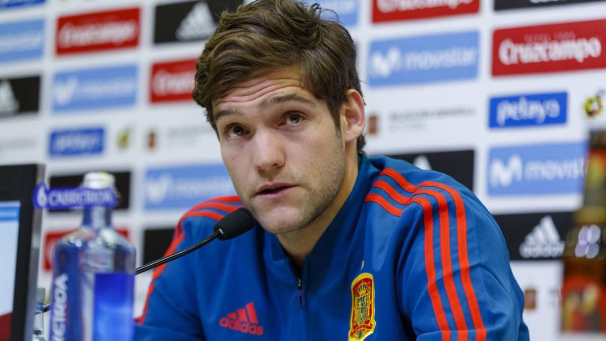 Marcos Alonso en una rueda de prensa con la selección española.