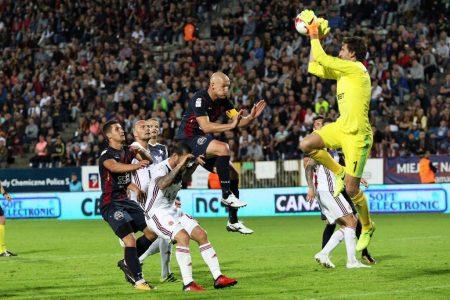 Julián Cuesta atajando un balón por alto en un partido del Wisla Cracovia.