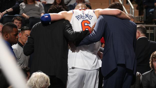 Kristaps Porzingis, acompañado al vestuario, otro de los gravemente lesionados en la NBA 2017/18.