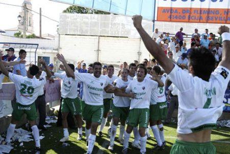 Los jugadores de la SD Huesca celebran el ascenso en Écija, año 2008.