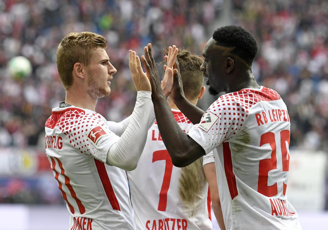 Timo Werner y Jean-Kevin Augustin celebran un gol con la camiseta del Leipzig.