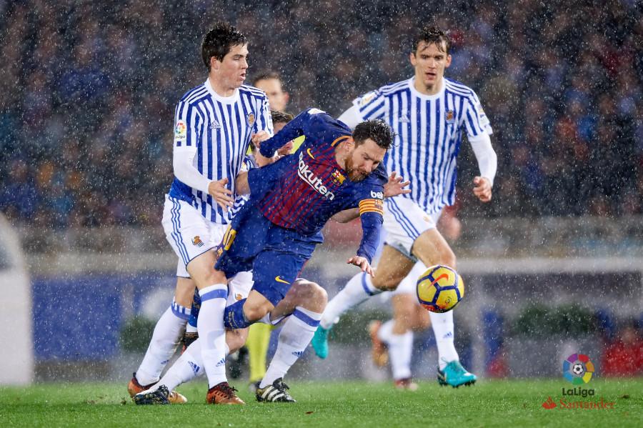 Zubeldia disputa un balón con Leo Messi.