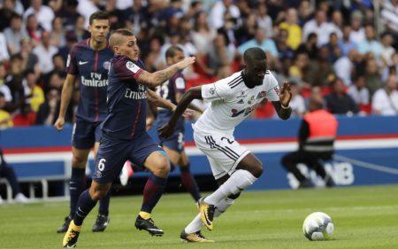 Tanguy NDombélé en un partido frente al PSG.