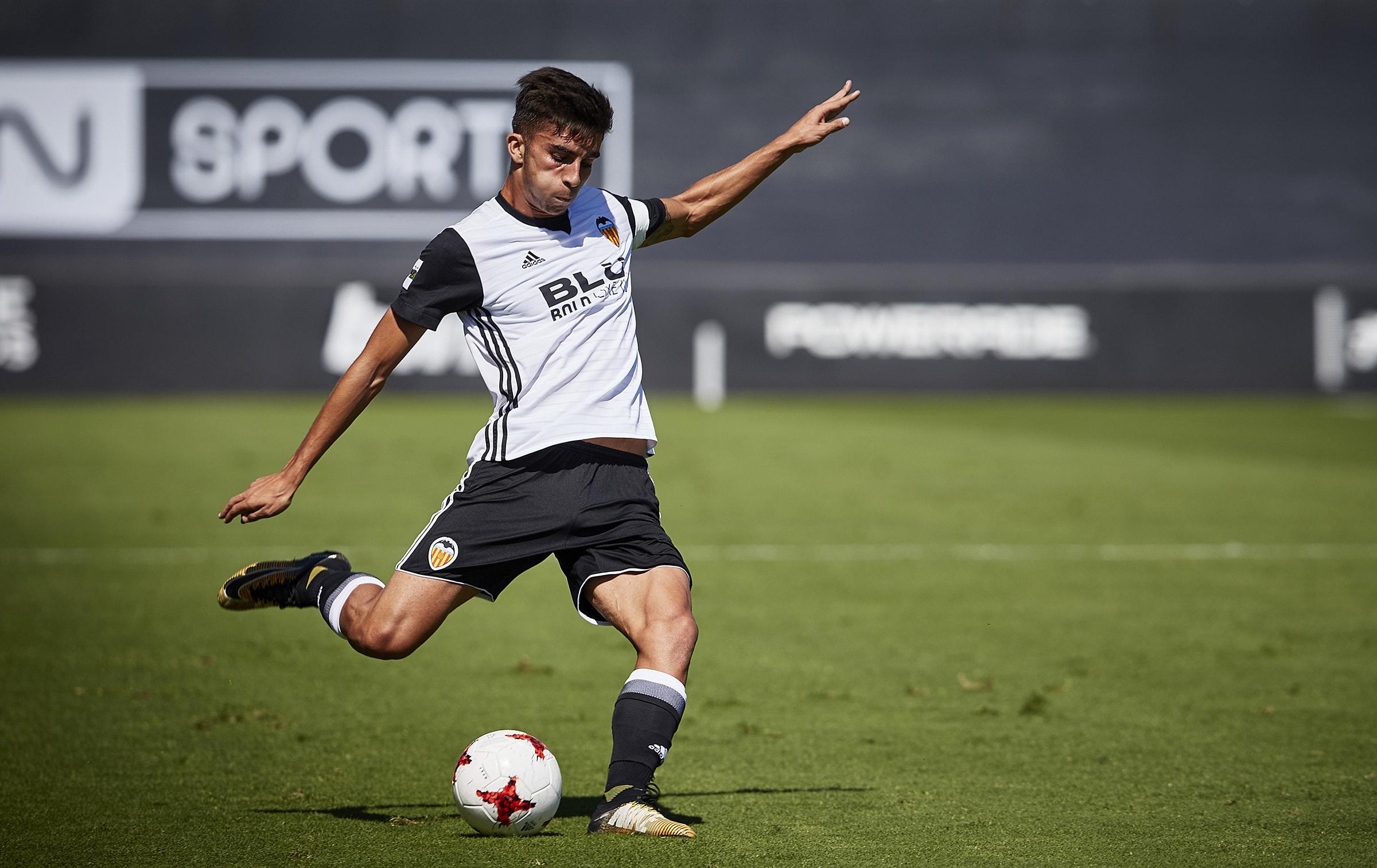 Ferrán Torres disputando un partido con el filial.