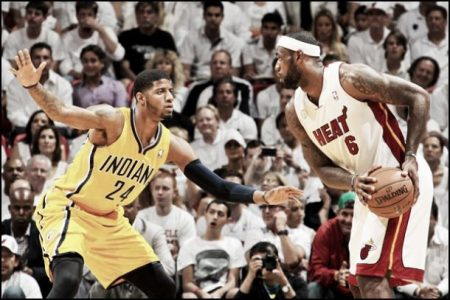 Paul George con la camiseta de los Indiana Pacers, frente a LeBron James.
