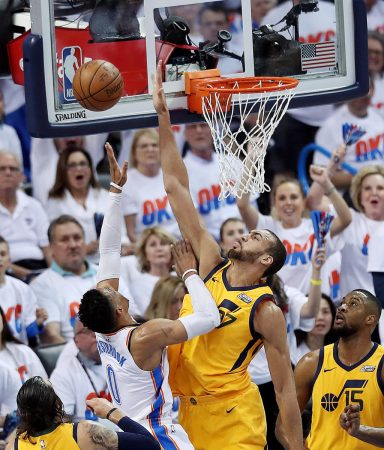 Gobert tapona a Westbrook durante estos Playoffs. Cdn-desertnews