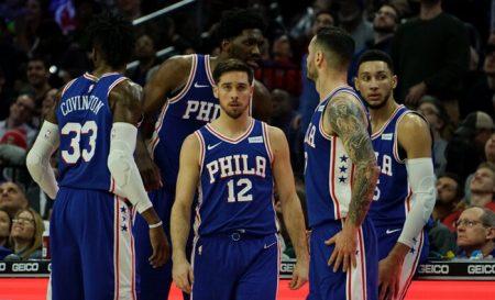 Los 76ers durante un tiempo muerto. Hispanosnba.com
