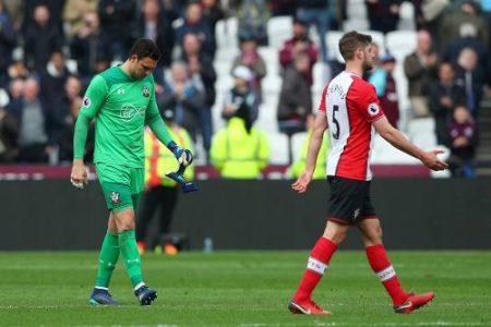 Alex McArthy y Jack Stephens después de la derrota del Southampton ante el West Ham.