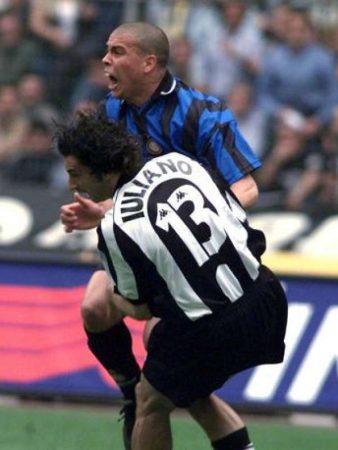 El contacto entre Ronaldo e Iuliano que es historia polémica del fútbol italiano.