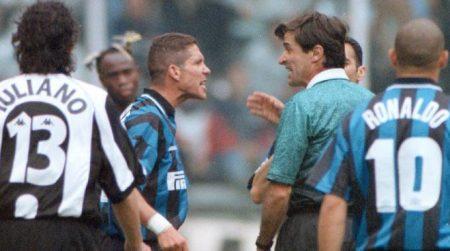 El árbitro Ceccarini se las ve con el cholo Simeone durante ese famoso Juve-Inter.