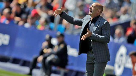 Paco Jémez da indicaciones. La UD Las Palmas tiene muy complicada la permanencia en primera.