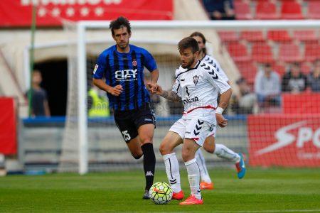 Portu disputando un partido con el Albacete.