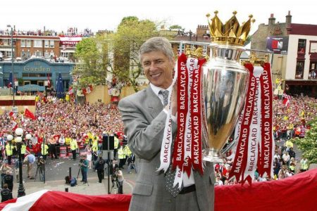 """Wenger con la Premier 2003-04 de los """"invencibles""""."""