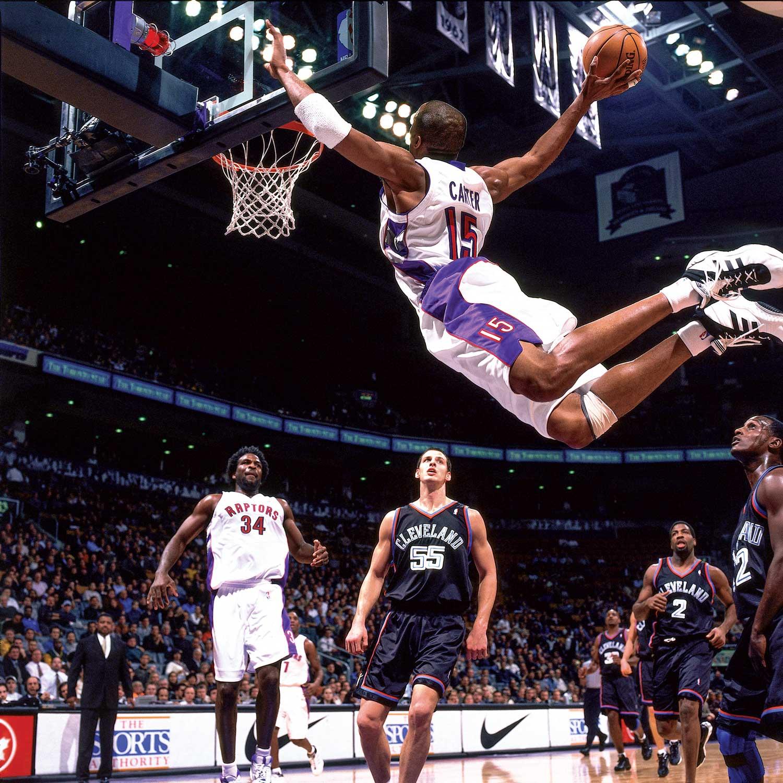 """Vince Carter""""vuela"""" hacia el aro rival. Zona-deportiva.com"""