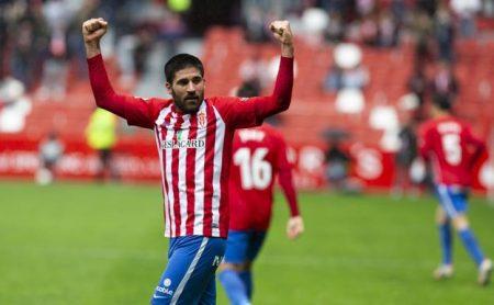 Carlos Carmona, celebra uno de sus goles en el Molinón. Foto: El Comercio.