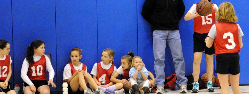 Niña jugando al baloncesto