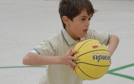 Niño jugando al baloncesto
