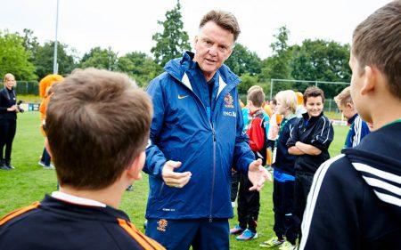 Louis van Gaal entrenando a niños en Holanda