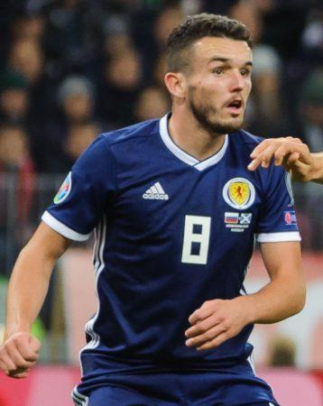 John McGinn en un encuentro con la Selección de Escocia.