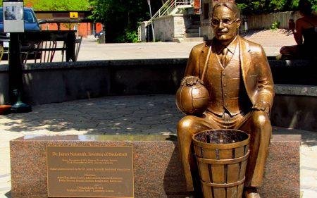 James Naismith, el padre del baloncesto.