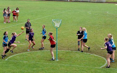 Grupo de mujeres practicando Korbball en la actualidad.
