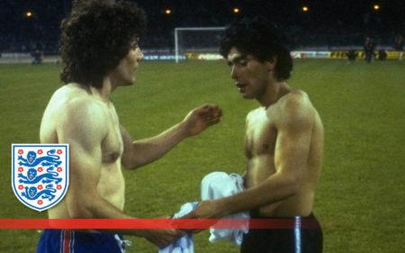 Kevin Keegan saludando a Maradona en un Inglaterra-Argentina